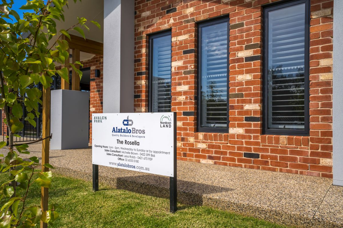 The Rosella - display home-facade- red bricks- wodonga builder-front and sign